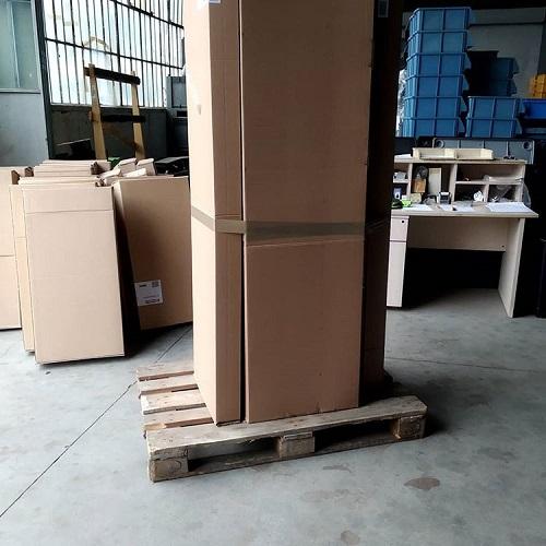 container con scatole di cartone